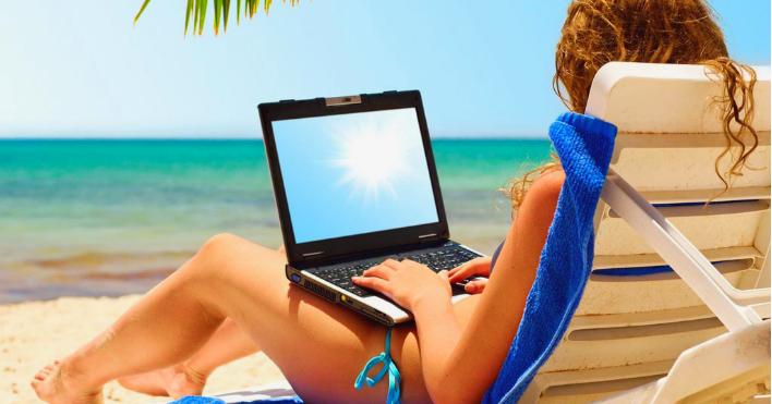 девушка на пляже с ноутбуком