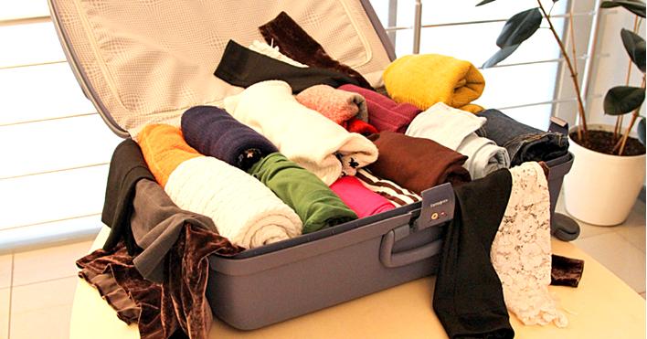 складываем вещи в чемодан в отпуск